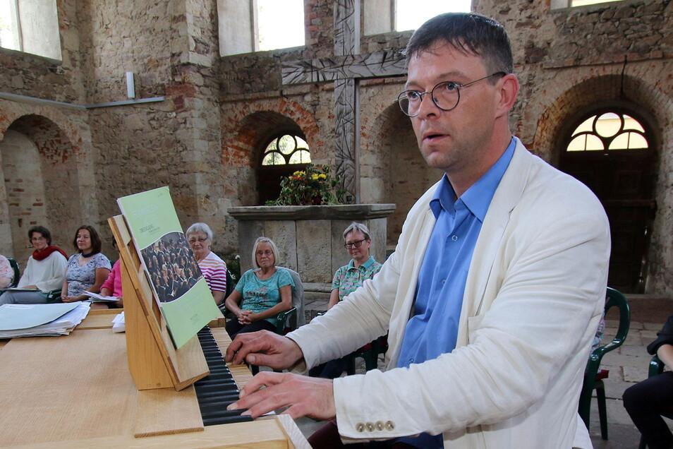 Kantor Rene Michael Röder in seinem eigentlichen Element: Im September spielte er auf der mobilen Orgel in der Sommerkirche Mochau.