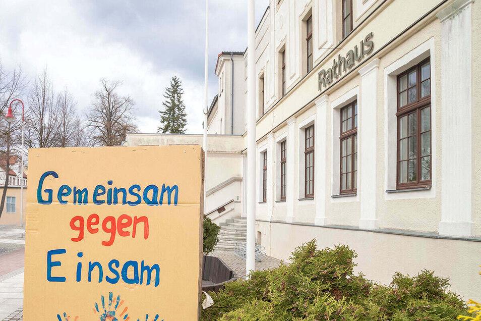 Vor dem Nieskyer Rathaus findet sonntags ab 16 Uhr der Protest gegen die Corona-Einschränkungen statt.