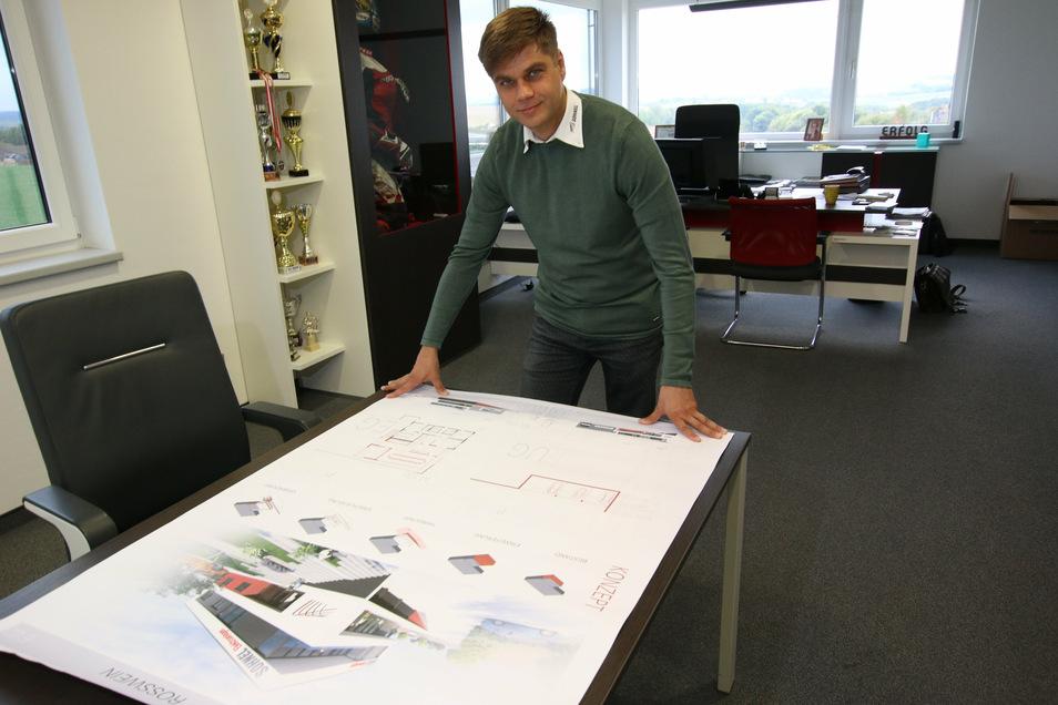 Firmenchef Rico Söhnel mit den Entwürfen des Architekturbüros Zache für die Erweiterung des Stammsitzes in Roßwein.