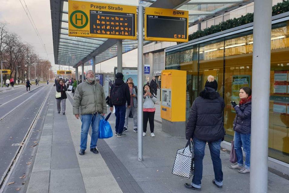 Auch an der Haltestelle Prager Straße fahren am Nachmittag keine Busse und Bahnen.