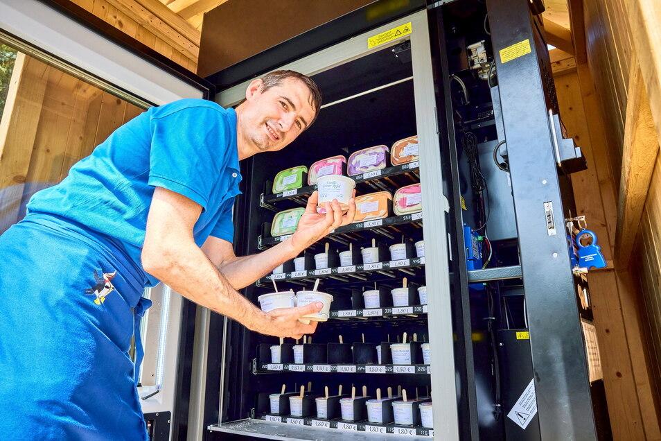Der Eisautomat ist rund um die Uhr geöffnet. Darin warten bis zu einem Dutzend verschiedene Softeismischungen auf Laufkunden.