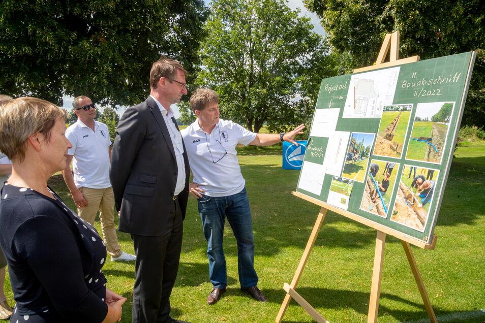 Sachsens Innenminister Roland Wöller und Bürgermeisterin Heike Böhm lassen sich von RSV-Chef Maik Seifert die Arbeitsschritte erklären, die für den Bau der neuen Beregnungsanlage notwendig sind. Der Freistaat schießt 10.000 Euro zu dem Projekt dazu.