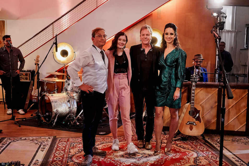 Stephanie Stumph und Wigald Boning mit dem Hollywoodstar Kiefer Sutherland und der deutschen Sängerin Madeline Juno.