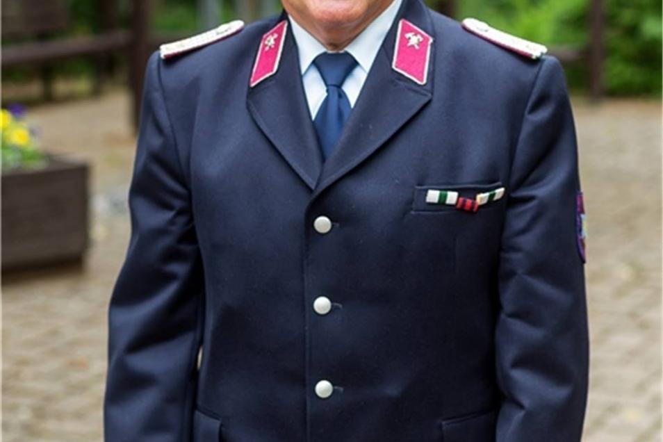 Der Feuerwehrleiter Klaus Krumpolt ist seit seiner Jugend in der Feuerwehr Schönfeld engagiert und wurde mit 30 Jahren zum Wehrleiter gewählt. Diese Aufgabe übte er 32 Jahre lang aus. Dabei engagierte er sich besonders in der Ausbildung seiner jüngeren Kameraden. Auch er bekam einen Ehren-Dippold.