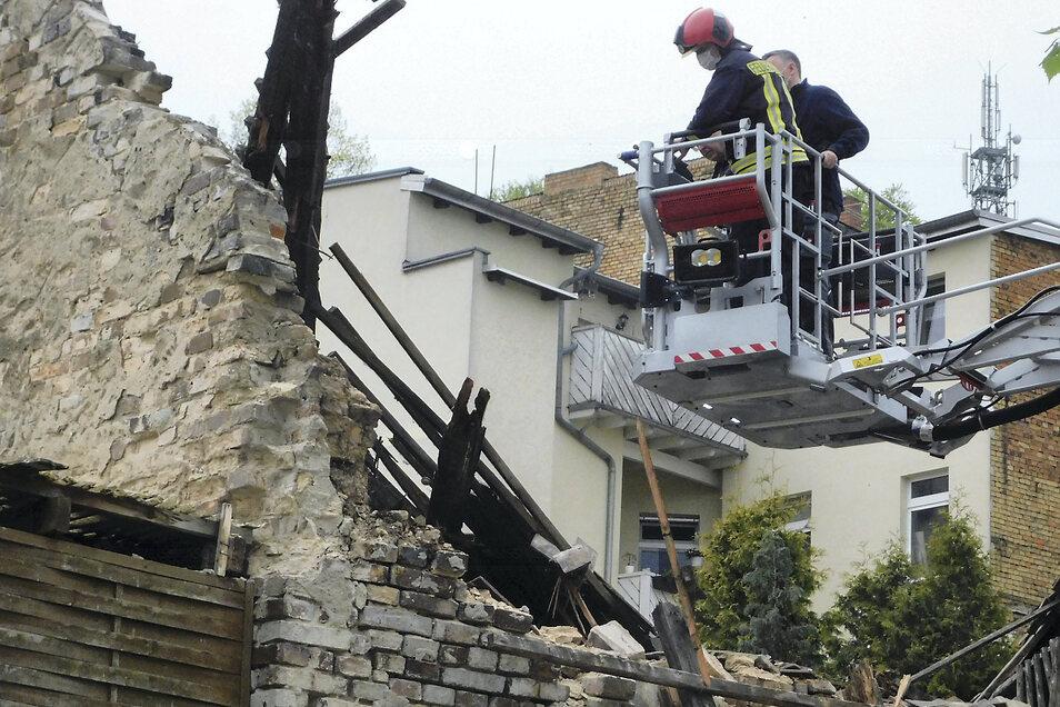 Feuerwehr und Polizei begutachteten noch Mittwochnachmittag per Drehleiter den Unfallort.