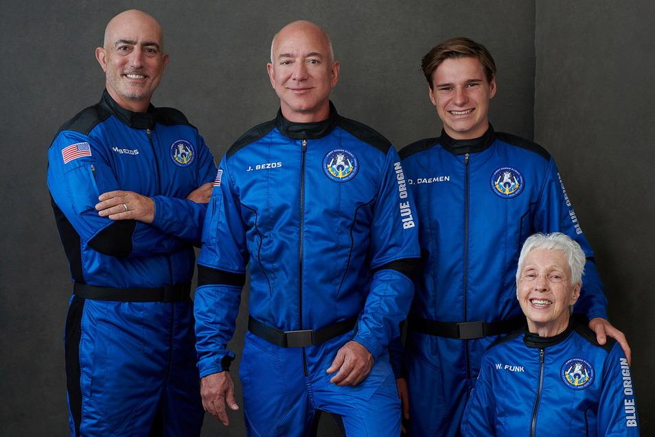 Jeff Bezos (Mitte) zusammen mit seinen Blue Origin-Besatzungsmitgliedern: Links neben ihm sein Bruder Mark, die 82-jährige frühere US-Pilotin Wally Funk und der 18-jährige Oliver Daeme.