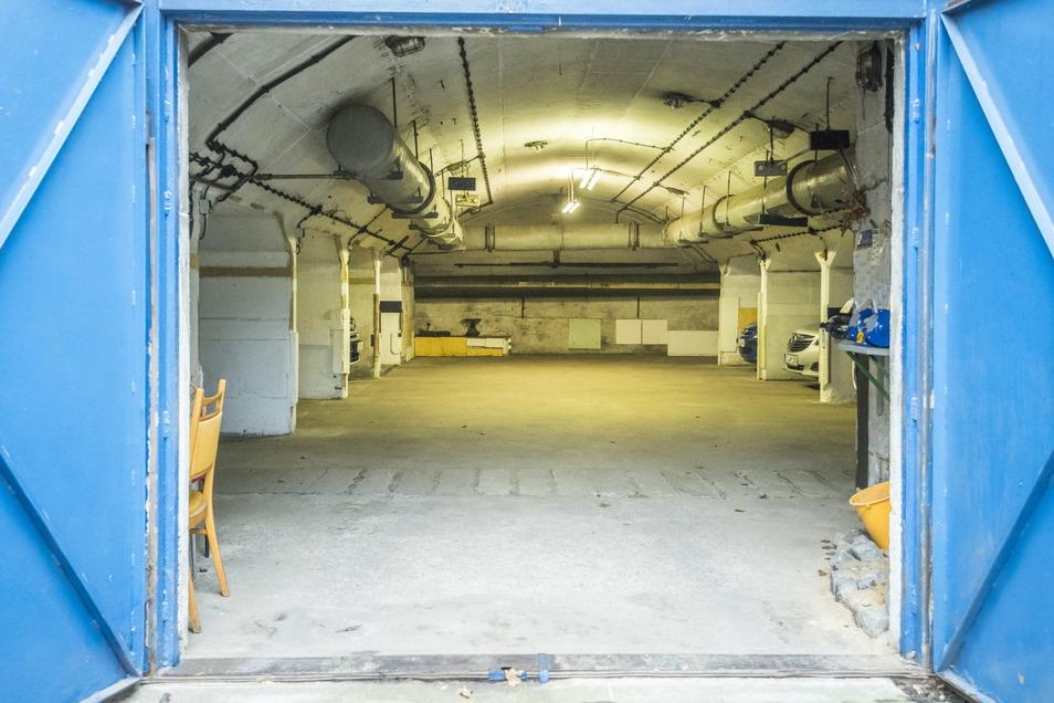 Blick hinein: So sieht das Innere des Bunkers aus. Links und rechts erkennbar: Die Boxen, in denen je vier Autos geparkt werden können.