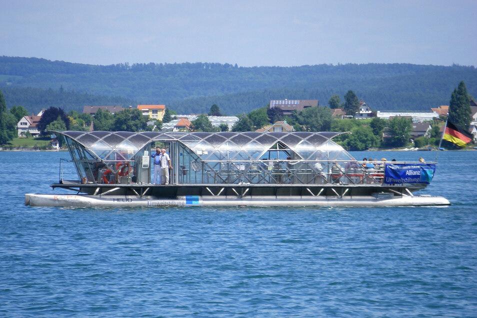 """Mit Sonnenkraft ist der Katamaran """"Helio"""" auf dem Bodensee beim schweizerischen Mannenbach unterwegs. Auch im Kreis Meißen will man künftig auf solarbetriebene Fähren setzen."""
