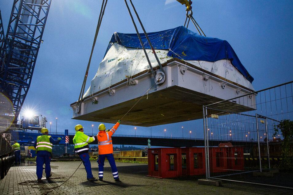Am Sonnabendmorgen wurde diese Turbine an der Ro-Ro-Anlage des Alberthafens direkt an der Elbe aufs Schiff verladen.