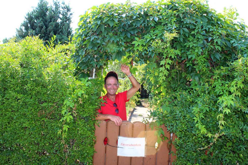 """Mario Kühne, Vereinsvorsitzender der Sparte """"Frohes Schaffen"""", freut sich über die positive Entwicklung. Dieser Garten ist zu verschenken. Wer Lust auf einen Garten hat – bitte einfach in der Sparte melden."""