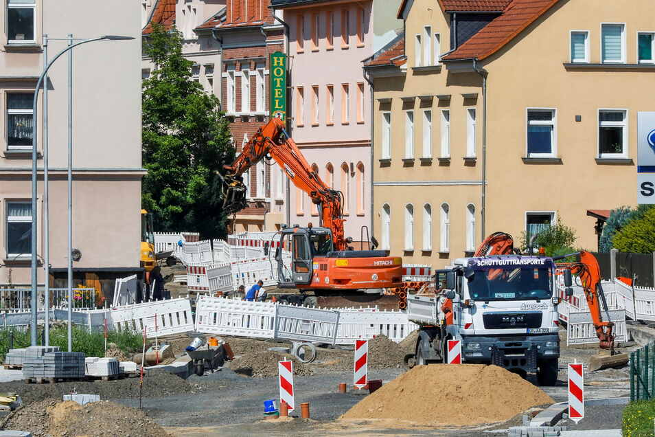 Noch wird auf der B96-Kreuzung mit der Goldbach- und Rietschelstraße in Zittau gearbeitet. In sechs Wochen soll die Dauerbaustelle beendet sein.