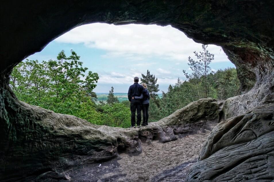 """Wer im Harz ist, sollte sich unbedingt die Teufelsmauer ansehen, empfiehlt Daniel Hillebrand aus Cottbus, dem es in seinem Urlaub ganz besonders das """"Hamburger Wappen"""" angetan hat, ein besonders markantes Felsgebilde. """"Aus dem dort befindlichen »Kuhstall« hat man einen herrlichen Panoramablick auf die Landschaft des Harzes"""", so der Einsender des Urlaubsfotos."""