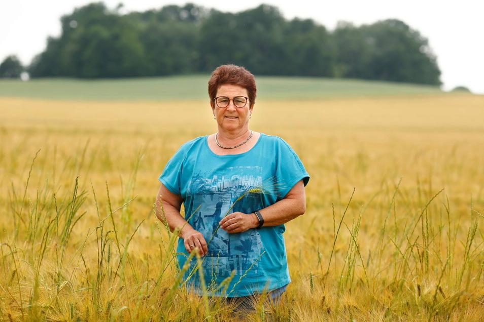 Kerstin Rolle, Prokuristin der Lausitzer Hügelland Agrar AG, steht in einem Gersteschlag bei Gersdorf. Felder des Unternehmens wurden als nitratbelastet eingestuft.