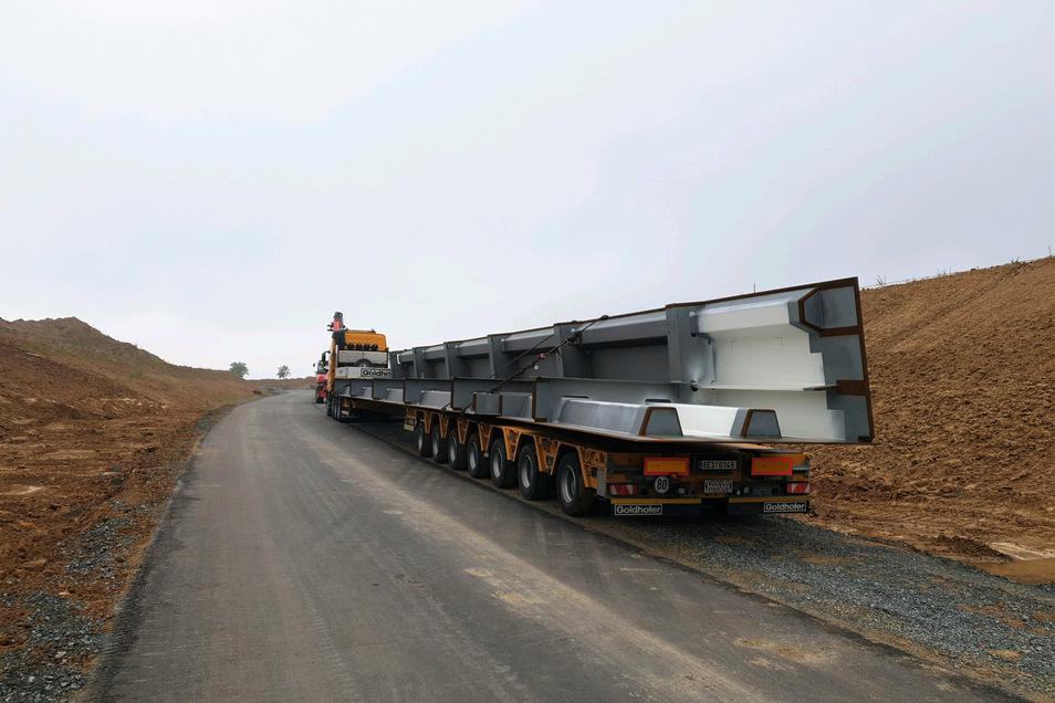 Baustraße auf dem Pirnaer Sonnenstein: Schwerlasttransporter liefern die Brückenteile an.