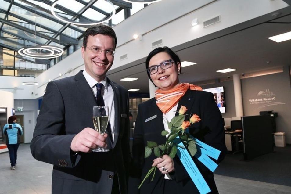Nach acht Monaten ist die Volksbank-Geschäftsstelle an der Hauptstraße ausgebaut – ein Grund zur Freude für Vorstandsmitglied Kai-Uwe Schulz und Bereichsleiterin Nancy Klima. Für die Bankfiliale in Stauchitz (kl. Foto) sieht die Zukunft schlechter aus – s