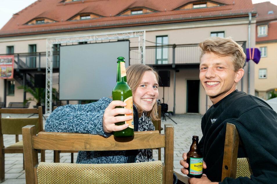 Stoßen auf einen gemütlichen Filmabend in Königstein an: Lara Brinkmann und Niklas Winterfeldt aus Hannover, die gerade Urlaub in der Sächsischen Schweiz machen.