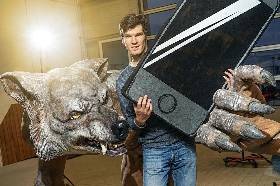 """Ausgerechnet einen Wolf brachte Ausstatter Jakob Ripp als Werbebotschafter für die Inszenierung """"Selfies einer Utopie"""" mit nach Bautzen. Besucher  können sich mit dem stattlichen Ungetüm fotografieren lassen."""
