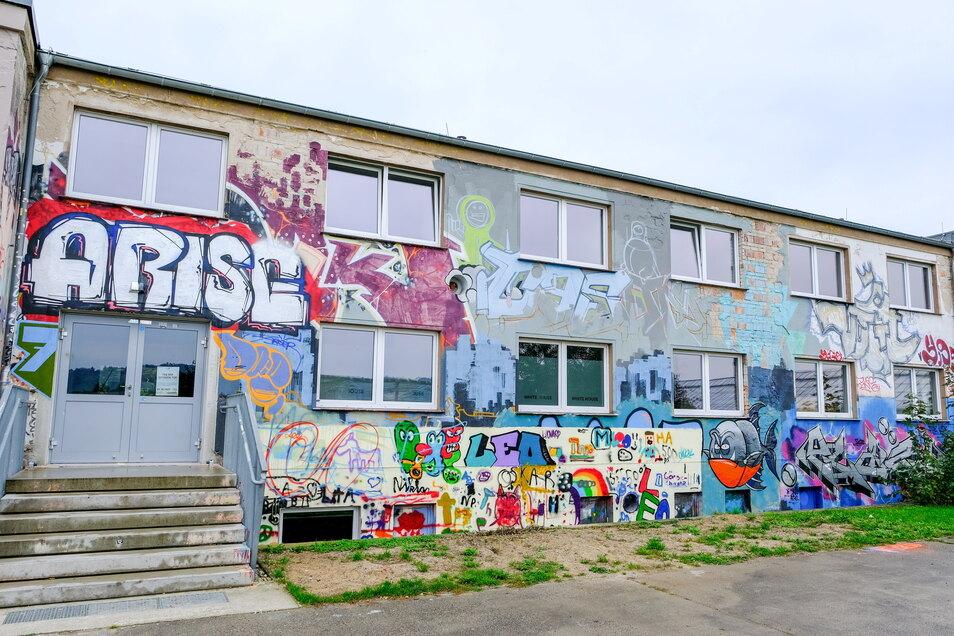 Bunt mit Graffiti besprüht ist die Fassade des Westflügels. Die Bauarbeiten der vergangenen Monate waren auf die Innenräume des ehemaligen Bürotrakts konzentriert.