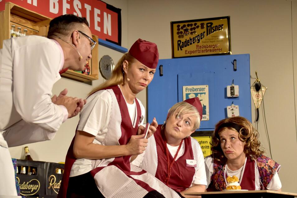 """""""Die Frauen hinter dem Ladentisch"""" ist das neue Stück im Radeberger Biertheater. Es ist angelehnt an die bekannte DDR-Fernsehserie """"Die Frau hinter dem Ladentisch""""."""