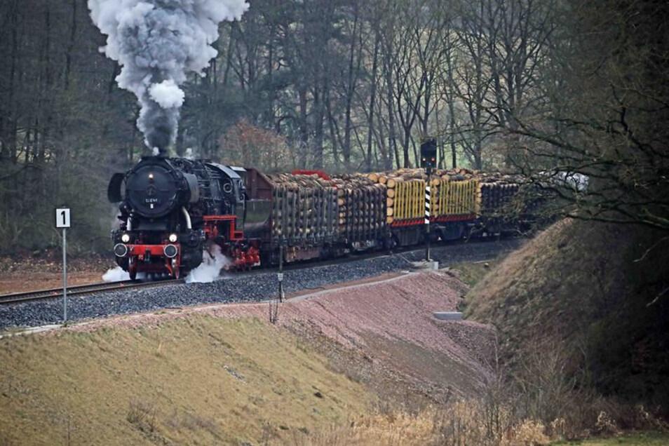 Die Löbauer Dampflok auf Lastprobefahrt mit einem Holzzug.