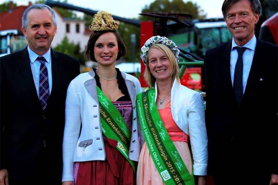 Landtagspräsident Matthias Rößler und Minister Thomas Schmidt mit Erntekönigin Anja Werner (links) und Blütenkönigin Kathleen Goldammer.