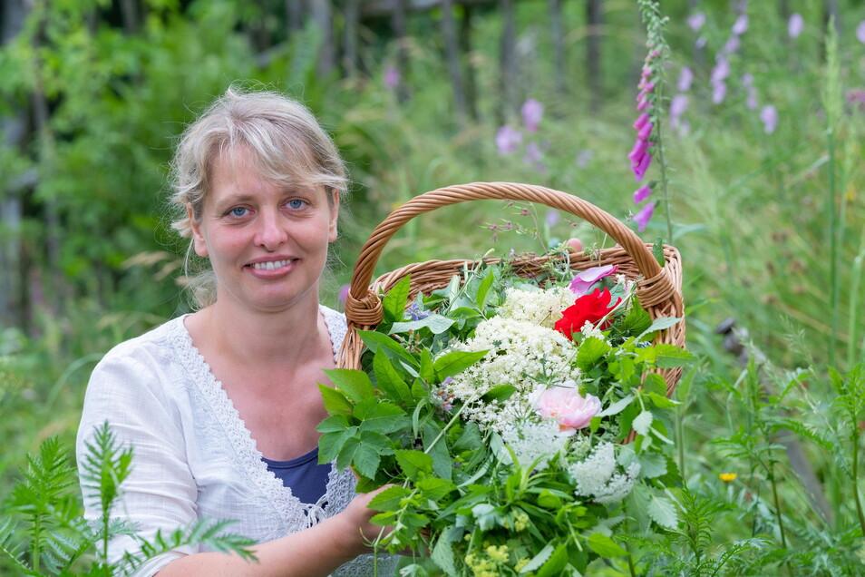 Üppig gefüllt ist Janet Hoffmanns Kräuterkorb. Das alles bekommen ihre Gäste zu essen. Den giftigen Fingerhut im Hintergrund lässt die Sebnitzerin natürlich stehen.