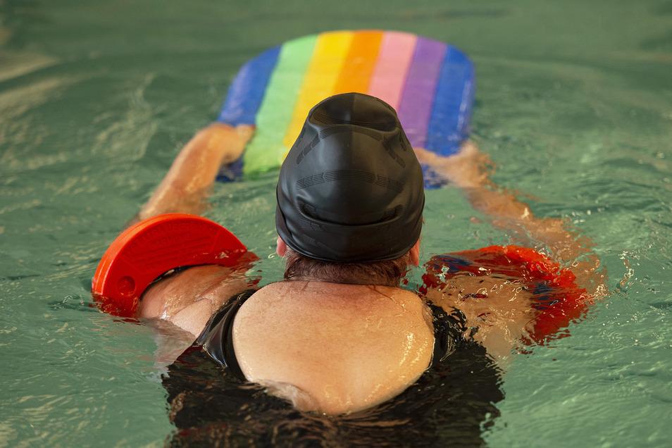 Als Kind hat Britt schlechte Erfahrungen gemacht: Die Lehrerin im Schwimmlager ließ sie untergluckern. Seitdem konnte sie ihre panische Angst vor Wasser nicht überwinden. Bis jetzt. Mit 52 Jahren unternimmt sie einen neuen Anlauf und lernt schwimmen in de