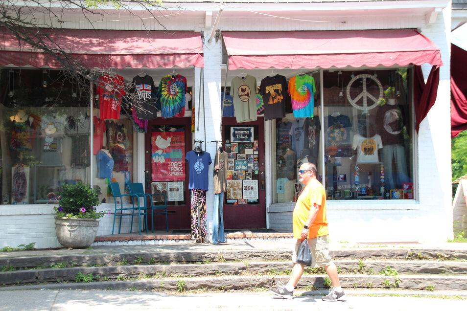 Die Tinker Street, das Zentrum des kleinen Städtchens Woodstock, wirkt heute wie ein kommerzialisierter Gedenkschrein an das Festival.