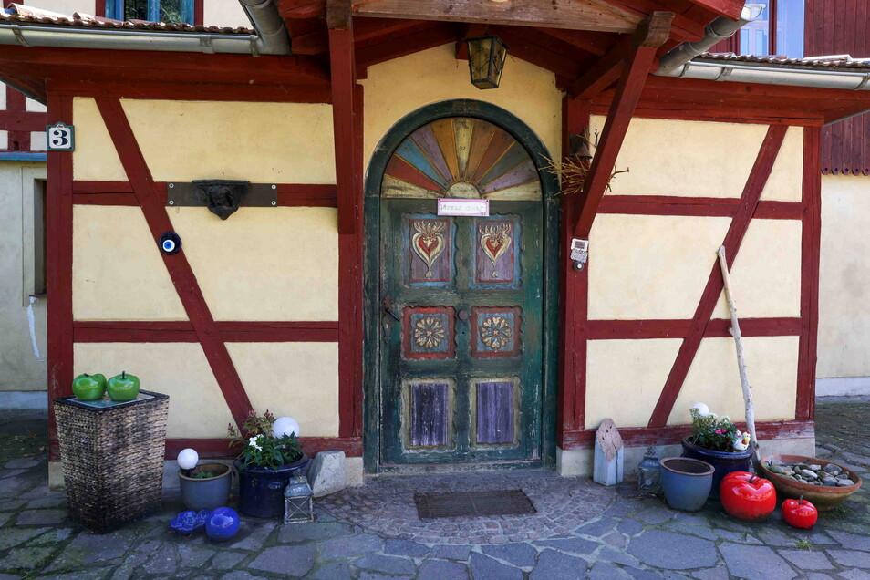 Die markante Holztür mit Rundbogen ist für Ramona Scholz Symbol für die Fluthilfe. Nach dem Hochwasser 2002 spendeten Kinder aus der Schule ihrer Tochter in den alten Bundesländern Geld. Mit dessen Hilfe konnte die aus Wien kommende, schwere Holztür aus d