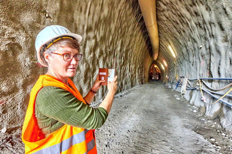 Tunnel mit Patin: Susann Dulig hält im Juli per Foto den Baufortschritt am Pirnaer Kohlbergtunnel fest. Doch derzeit ruht der Vortrieb.