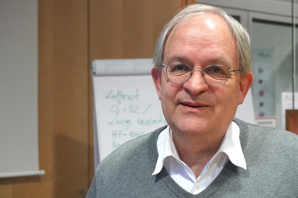 Medizinprofessor Uwe Gerd Liebert leitet das Institut für Virologie an der Universität Leipzig. Neben Medizin hat er auch in Deutschland und den USA Geschichte und Philosophie studiert.