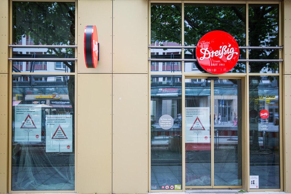 """Während in der Nachbarschaft ein Geschäft nach dem anderen öffnet, bleibt die Filiale der Bäckerei-Kette """"Dreißig"""" noch geschlossen."""