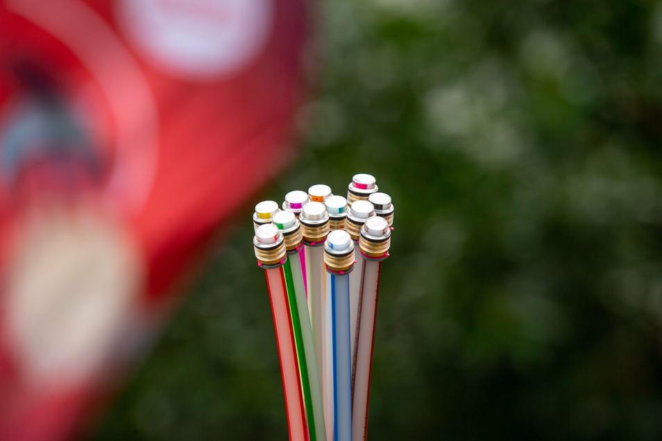 Viele bunte Kabel machen das Internet schnell: Die Telekom plant Glasfaser für Kesselsdorf.