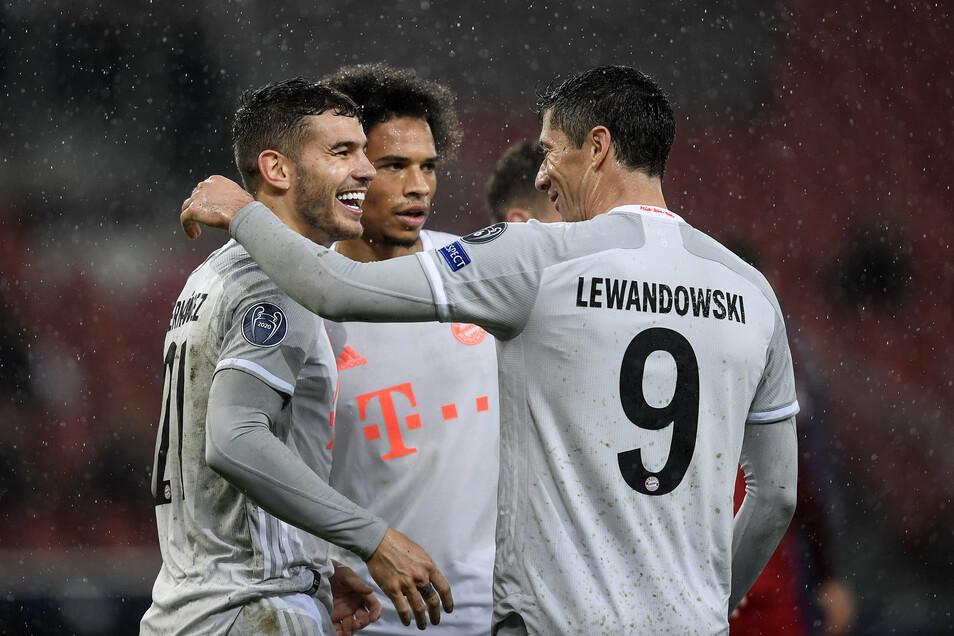 Bayerns Torschützen Lucas Hernández (links), Leroy Sané (Mitte) und Robert Lewandowski feiern den Erfolg bei RB Salzburg.