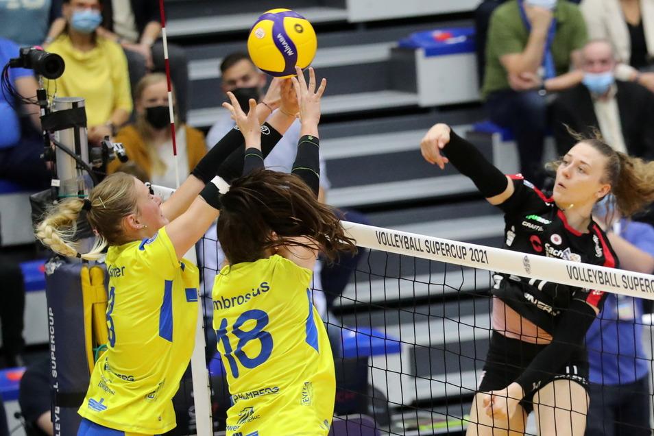 Die Schwerinerinnen Lina Alsmeier (l.) und Lea Ambrosius versuchen einen Angriff der Dresdnerin Maja Storck zu blocken. Die Gäste aus Dresden gewinnen den Supercup mit 3:2 Sätzen.