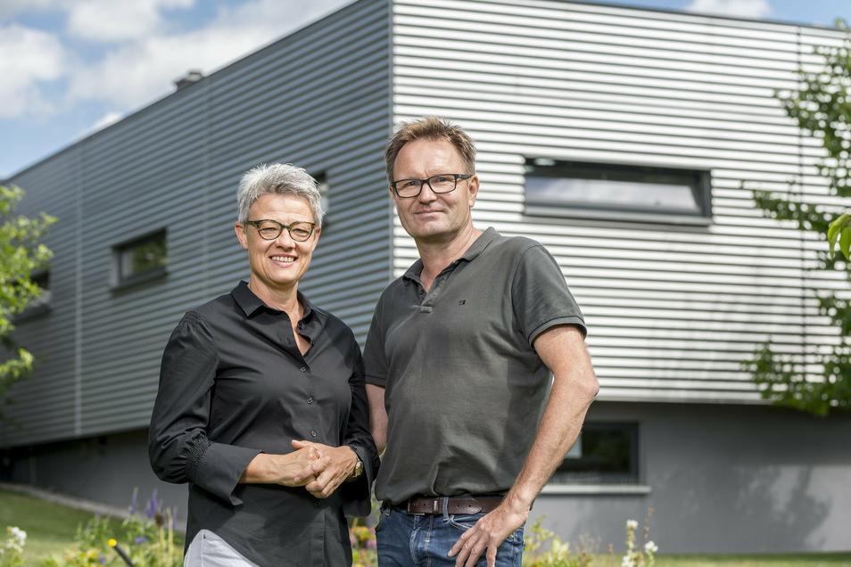 Kathrin und Jörg Geilert planen eine Erweiterung ihrer Tischlerei in Altenhof. In einem Anbau an die bisherigen Produktionsräume (im Hintergrund) soll endlich genügend Platz für die Endmontage sein.