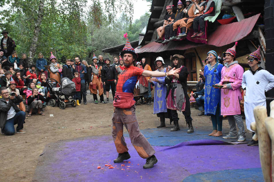 Die Bewohner von Turisede unterzogen sich am Sonnabendabend auf der großen Bühne einer Weihe, bei der sie sich dem Publikum vorstellten und ihre Künste mit Worten sowie Action präsentierten.