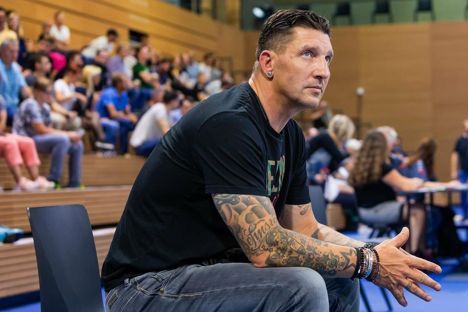 Auch wenn Stefan Kretzschmar hier wenig begeistert dreinschaut, ist der ehemalige Handball-Nationalspieler von den Möglichkeiten in Dresden sehr angetan.