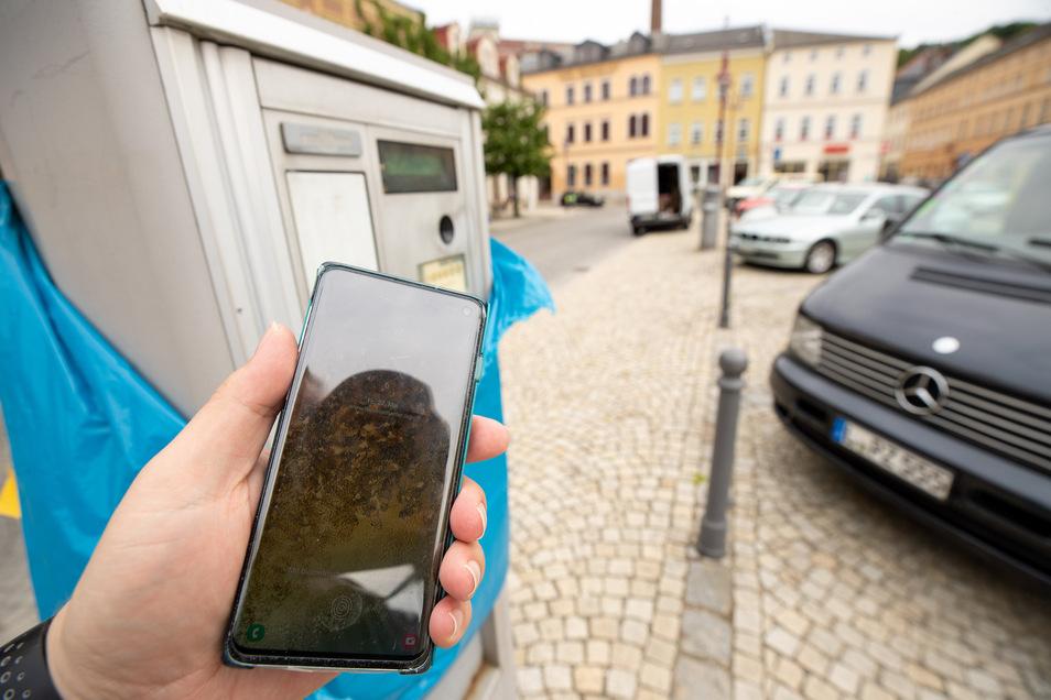 Parken auf dem Sebnitzer Markt: Wer übers Smartphone zahlt, kann sich den Gang zum Automaten künftig sparen.
