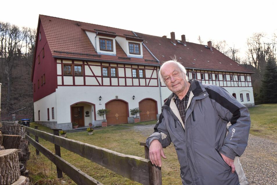 Werner Irmscher, der Vorsitzende des Heimatvereins Berreuth, steht hier am ehemaligen Gut.