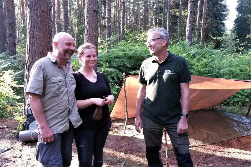 Volker Menzel und Tochter Luise aus Chemnitz freuen sich auf die Nacht und den neuen Morgen im Wald am Spitzstein-Biwak.