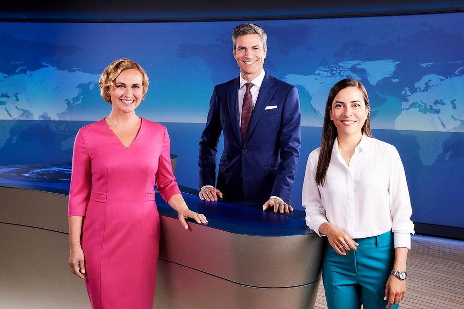 """Aline Abboud (r) wird Teil des Moderationsteams der ARD ,,tagesthemen"""". Dazu gehören noch Caren Miosga und Ingo Zamperoni."""