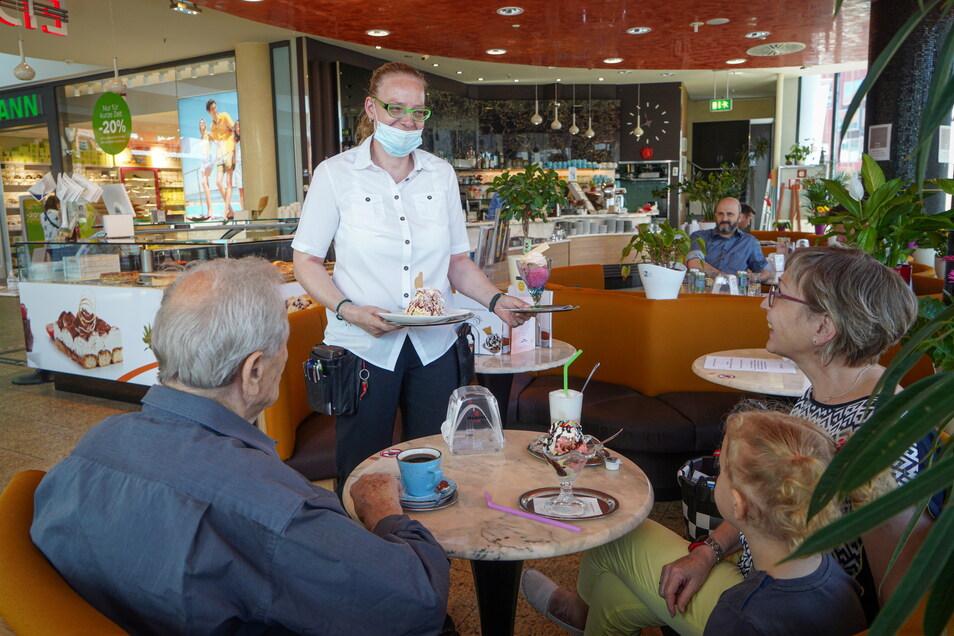 Auch in der Innengastronomie entfällt der Corona-Test. Darüber freut sich auch Filialleiterin Sabine Schönbach im Eiscafé Italia im Bautzener Kornmarkt-Center. Die Kontakterfassung bleibt aber.