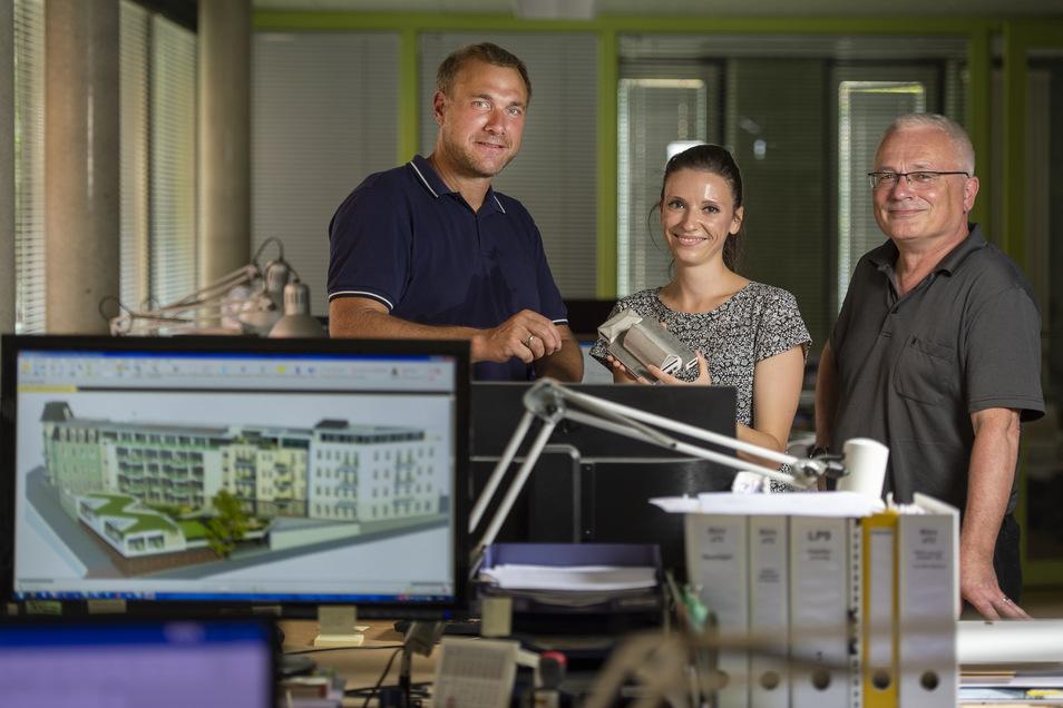 Frank Mehnert (r.) zusammen mit seinem Kompagnon Dirk Georgi sowie Mitarbeiterin Emily Winkler im Büro auf dem Dorfanger in Altkötzschenbroda.