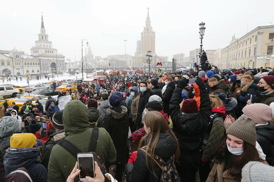 Viele Menschen nehmen in Moskau an einem Protest gegen Nawalnys Inhaftierung teil.