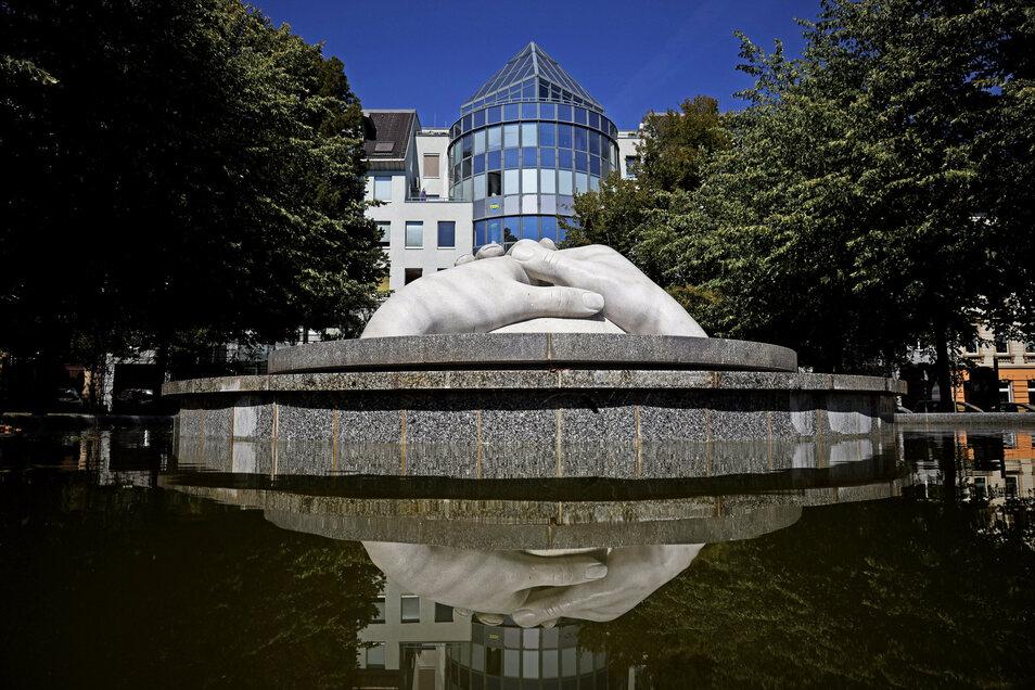 """Puschkinplatz: Die """"drei schützenden Hände"""" gibt es seit dem Jahr 2002.Der Brunnen soll an die Opfer von Krieg und Gewaltherrschaft erinnern."""
