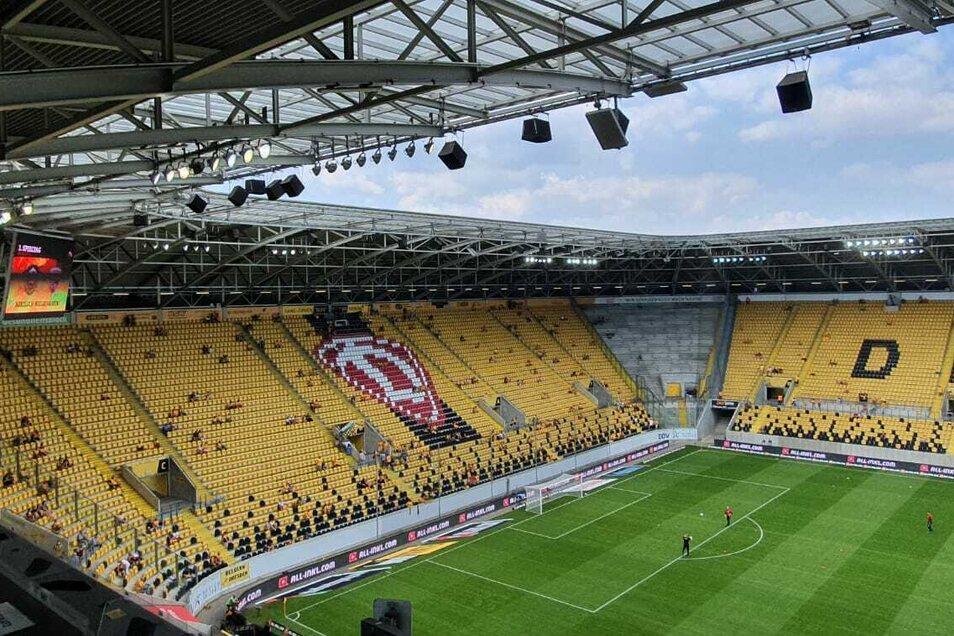 Die ersten Fans sind bereits im Rudolf-Harbig-Stadion. 13.30 Uhr wird die Partie gegen Ingolstadt angepfiffen.