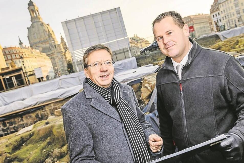 Investor Michael Kimmerle (rechts) und Architekt Ulrich R. Schönfeld von der IPROconsult GmbH besprechen in der Baugrube am Neumarkt die Pläne. Foto: André Wirsig