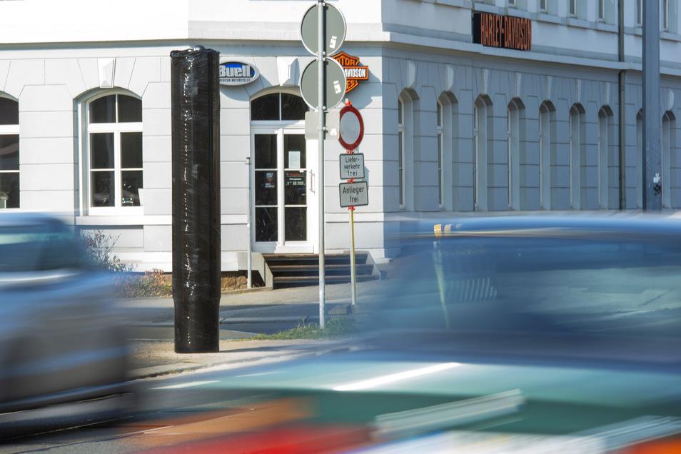 Die neue Blitzersäule steht jetzt an der Meißner Straße, Forststraße in Radebeul-Ost. Noch ist die Verpackungsfolie drum.