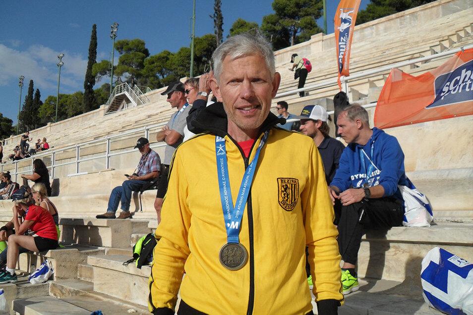 Knut Böhme mit Finisher-Medaille im Panathinaiko-Stadion in Athen.